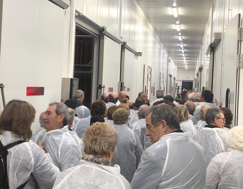 Visita a la fábrica de Embutidos Ballesteros de un grupo de personas de Ciudad Real